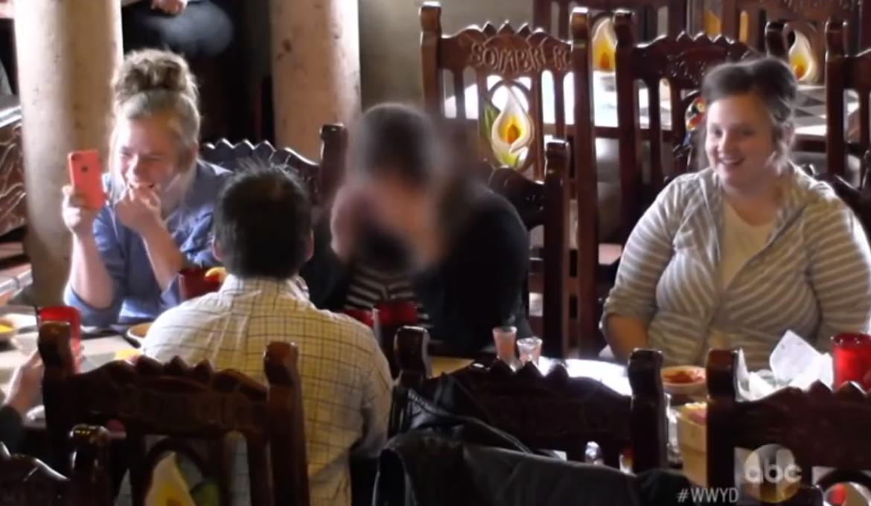 Video: Homosexuellt par hånas på restaurang och nekas service