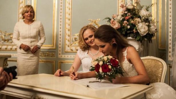Möt det ryska paret – som gifte sig i skräckens Ryssland