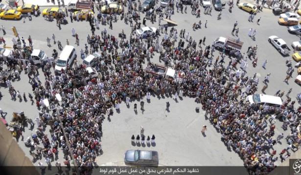 Ett hundratal muslimer, inklusive barn, sökte sig till platsen för att se den brutala avrättningen.
