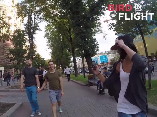 VIDEO: Gaypar attackeras med pepparsprej i socialt experiment