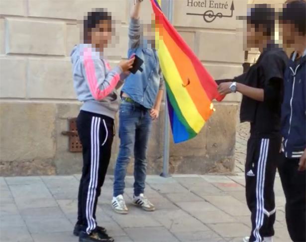 Här tänder ungdomarna eld på prideflaggan – mitt i centrala i Stockholm