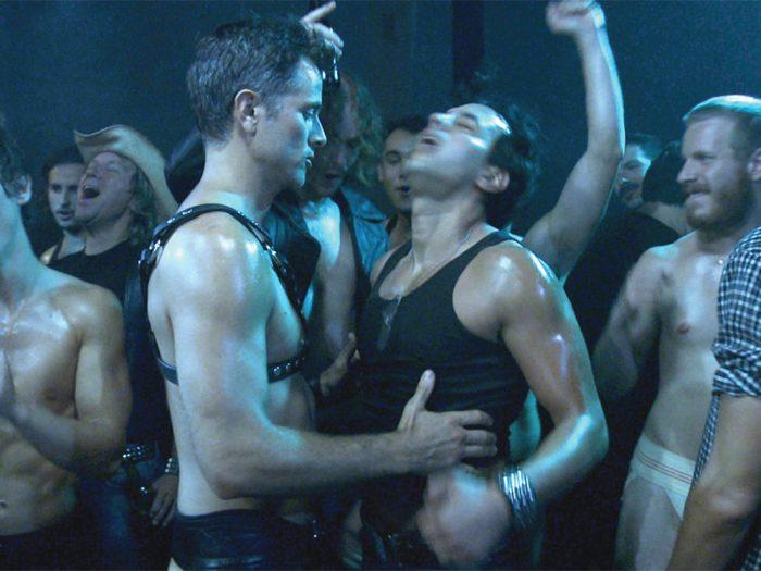 Killar som dansar på gayklubb
